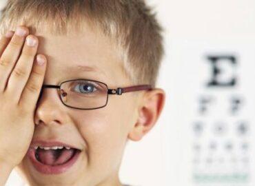 controllate la vista dei bambini prima dell'inizio della scuola