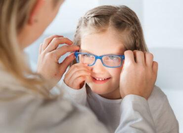 Come insegnare ai bambini a curare gli occhiali