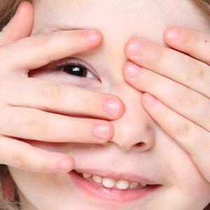 La pulizia degli occhi di bambini e neonati